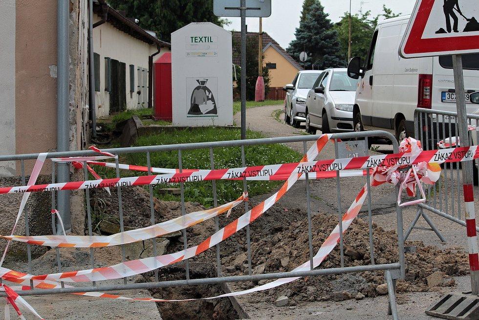 Rozkopané centrum Bystřice kvůli pokládce optických kabelů.