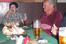 Aby si mohli dopřát důstojnou oslavu 80. narozenin, snaží se alespoň drobnou výpomocí vylepšit důchod