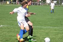 Benešovský Vladimír Pešta (v bílém) proniká přes kutnohorského Petra Háka a následně vstřelil Kopecký desátý gól domácích.