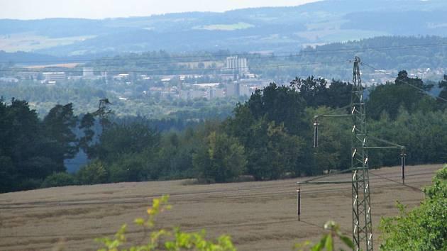 Větrná elektrárna na horizontu u Kozmic bude dobře viditelná z Benešova.