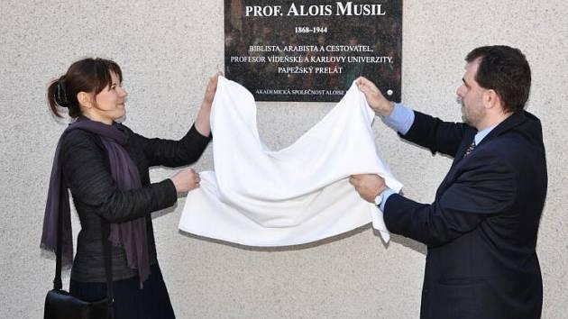 Na domě, kde Alois Musil, osobní zpovědník habsburské císařovny Zity žil a zemřel, odhalila akademická společnost nesoucí jeho jméno pamětní desku