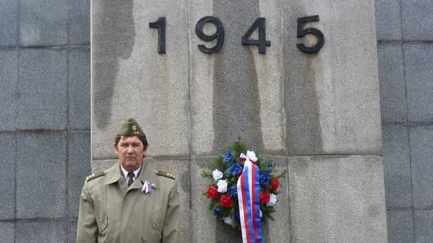 Miroslav Marek byl jediný, kdo 11. listopadu, v Den válečných veteránů položil u památníku padlých na benešovském hřbitově věnec a poklonil se jejich památce.