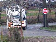 Pokud řidič zjistí, že má vozidlo přeložené, má možnost náklad vysypat a nechat si štěrk naložit znovu. Prášící štěrk či drť před odjezdem na silnici  pokropí sprcha
