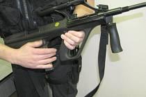 Armádní samopaly vz. 58 i novější škorpiony vz. 61 jsou už překonané. Policie má odlehčené Steyery s plastovou pažbou