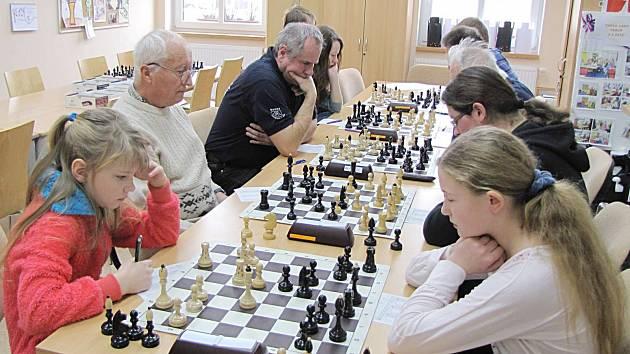Momentka z utkání nejnižší soutěže Pravonín B - Říčany J. Po remíze 2,5:2,5 zůstávají domácí v čele tabulky.