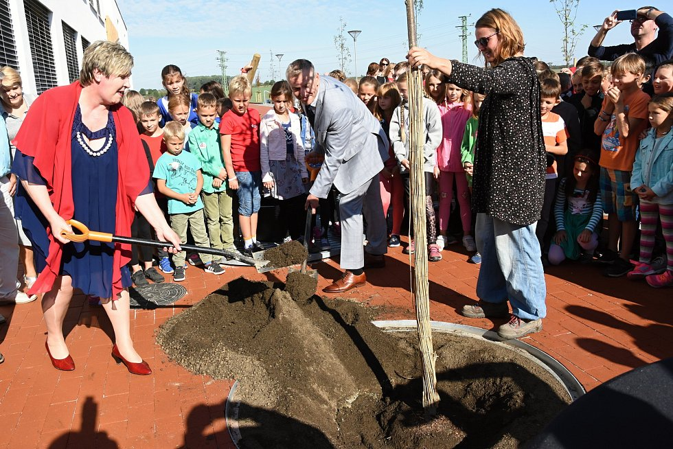 Ze slavnostního otevření Základní školy Amos v Psárech-Dolních Jirčanech.