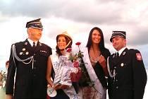 Lucie Sovová (vlevo), hasičská Miss Eu a Miss Publicity, spolu s loňskou vítězkou soutěže krásy.