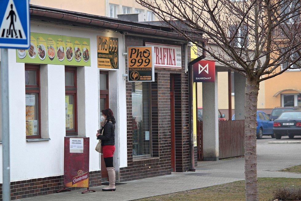 Úterý 2. března 2021. Blok s obchody v Týnci nad Sázavou.