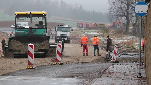 Práce na přivaděči k silnici I/3 od Mariánovic.
