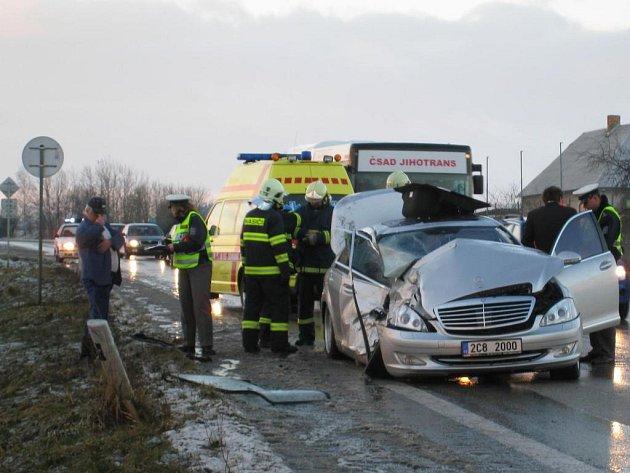 Nehoda u odbočky na Drachkov si vyžádala zásah zdravotníků
