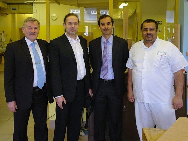 Velvyslanec Kuvajtu (třetí zleva) při návštěvě Rehabilitačního ústavu Kladruby. Doprovázel jej ředitel ústavu Josef Hendrych (první zleva) a poslanec Václav Zemek (druhý zleva).
