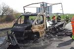 Požár dodávky na 66. kilometru dálnice D1 u Lokte.