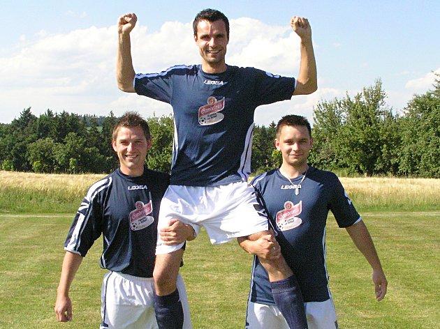Michal Senft z Křečovic (uprostřed) se stal hvězdou jara v projektu Gambrinus Kopeme za fotbal.