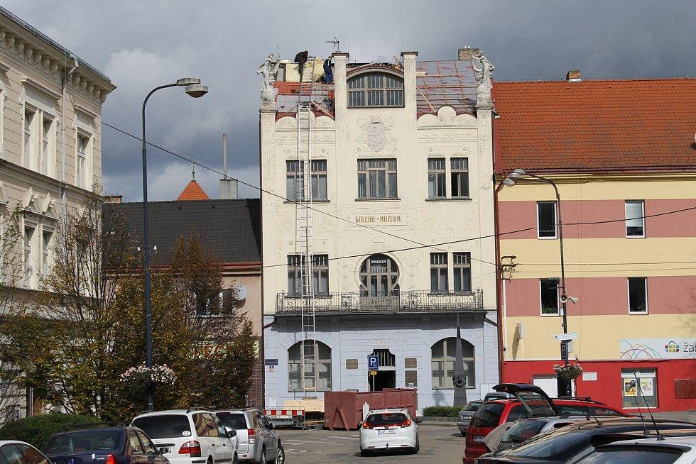 Oprava střechy Muzea umění a designu v Benešově.