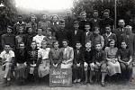 Žáci osmé třídy v Základní škole Chlístov v roce 1952.
