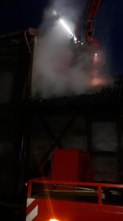 Z požáru starého skladu vedle drážního domku v Brandýse nad Labem 31. prosince 2020.