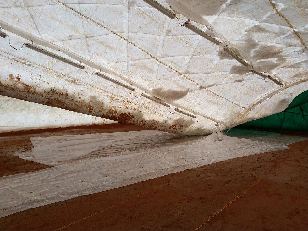 Zborcená nafukovací hala ve Vlašimi
