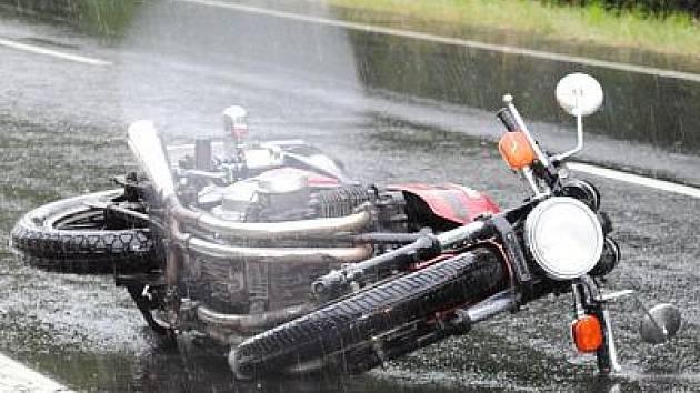 Třiatřicetiletá řidička motocykl nepřežila dopravní nehodu, která se stala nedaleko Dobříčkova.