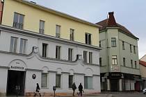 Dům čp. 77 na Masarykově náměstí v Benešově se nachází hned vedle radnice.