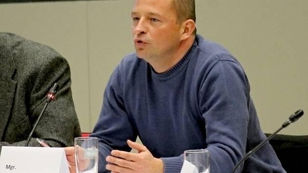 Libor Hubáček, ještě jako zastupitel Benešova, při jednání v listopadu 2015.