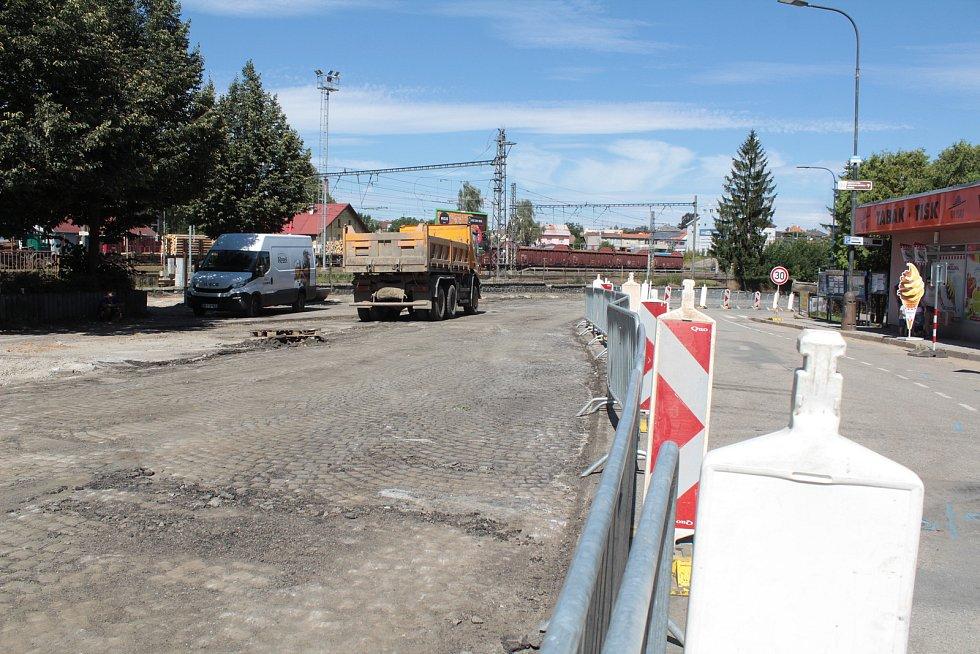 Stavba okružní křižovatky u sokolovny odhalila pod asfaltovou vozovkou žulový poklad.