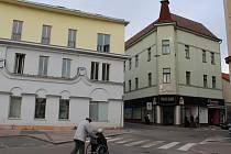 BENEŠOV. Objekt čp. 77 (zelený dům vpravo) vedle benešovské radnice na Masarykově náměstí je bez nájemníků. Co v něm vznikne, zda úřadovna nebo nové byty, zatím není jasné.