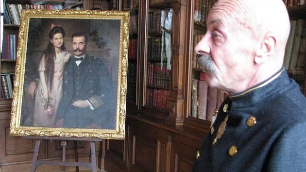 Důvěrník František Janáček před portrétem svého pána a jeho dcery Žofie
