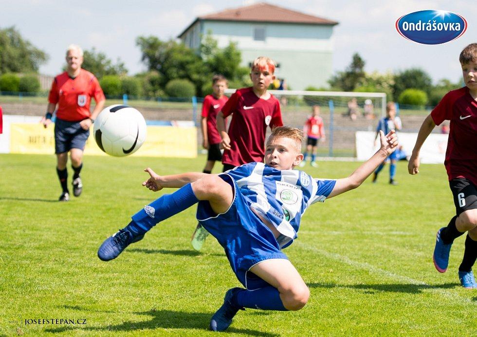 Finále Ondrášovka Cupu pro kategorii do 10 let hostil stadion v Benešově. Jediná Boleslav (v modrobílém) obrala vítěznou Spartu.