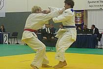 Adam Vojta (vpravo) se snaží prosadit do chvatu proti soupeři v opravných bojích.