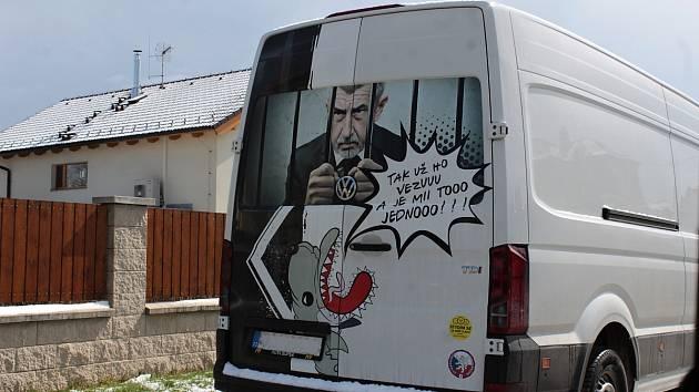 Polep zadních dveří dodávkového automobilu stojícího v Krhanicích.