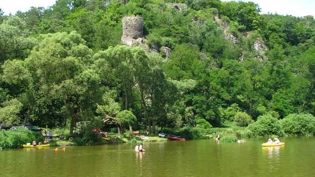 Právě v těchto místech, pod zříceninou hradu, postaví Středočeský kraj přes Sázavu lávku pro cyklisty.