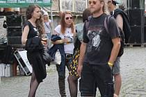 Návštěvnící si vychutnávali punk rockovou hudbu a pivo.
