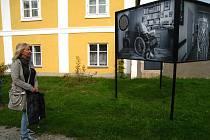 """Výstavu """"Starej se"""" připravila Farní charita ve Vlašimi ke svému 25. výročí."""