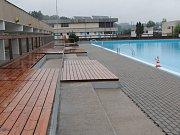Nové sprchy, umývárny a dřevěné rošty užívají plavci koupaliště Na Lukách ve Vlašimi