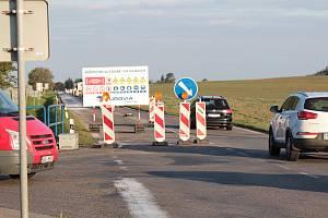Začátek opravovaného úseku silnice II/112 u struhařovské křižovatky.