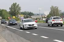 Okružní křižovatku vybudují přibližně 150 metrů jižnějí od stávajícího křížení U Topolu silnice I/3 a Křižíkovy ulice.