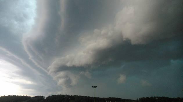 Obloha v Peceradech kolem 18 hodiny v neděli 4. srpna krátce před vypuknutím obrovské bouře.