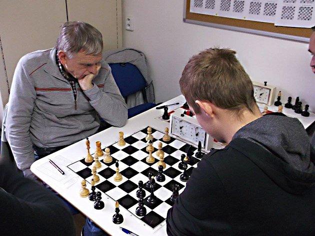 V okresním derby Sázava - Brodce B došlo na zajímavý souboj domácího Antonína Brhlíka (vlevo) s talentovaným 14letým Davidem Zvolenským. Po více než čtyřhodinovém boji skončila partie remízou.
