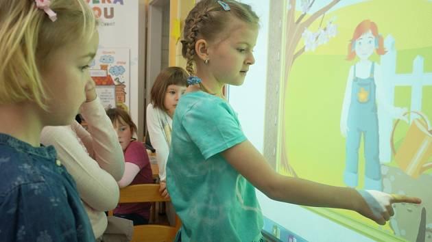 Děti z vlašimské MŠ Velíšská u interaktivní tabule.