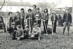 Bez síly dětských paží se v Chářovících na začátku 80. let minulého století neobešly ani akce Z organizované na zvelebování obce.