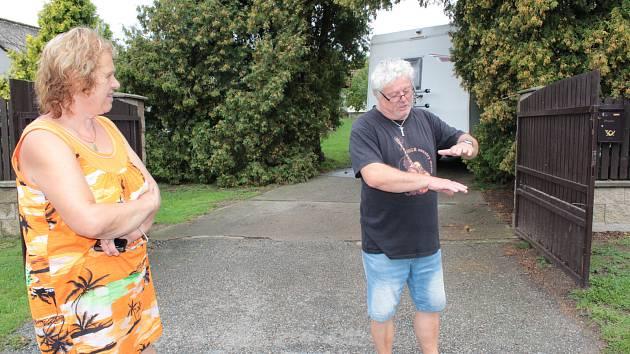 Následky průtrže mračen, které se na Týnecko snesly v úterý 20. srpna 2019 podvečer. Miroslav Houška ukazuje, jak hluboký potok kalné vody se řídil po silnici dolů k zahrádkářské kolonii v Kozlovicích.
