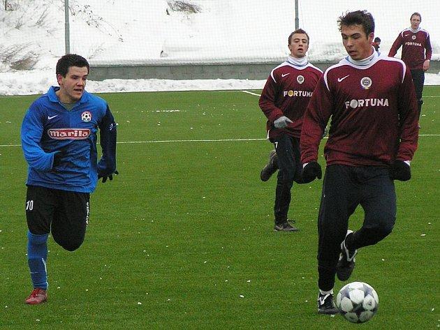 Vlašimský Borkovec (vlevo) zkouší štěstí ve Voticích a byl u vysoké porážky 1:6 proti sparťanské rezervě.