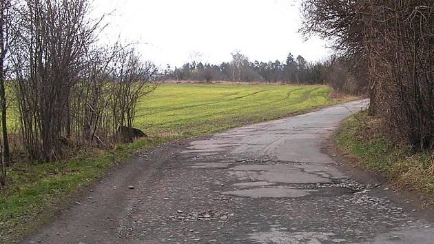 Tankodrom nebo obecní cesta? Zatáčka u Větrova, takový mají pohled projíždějící řidiči