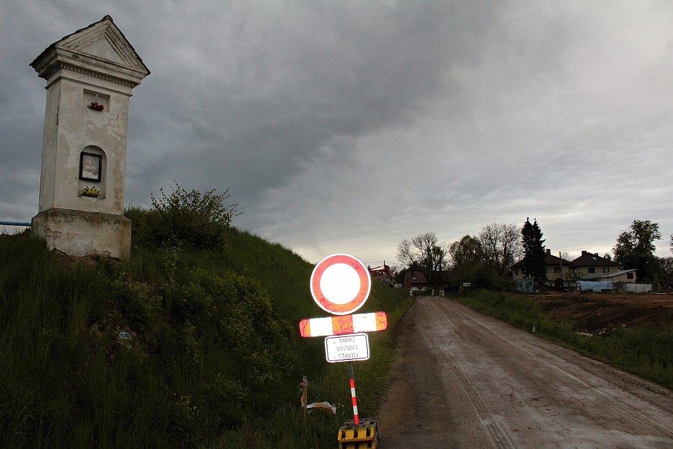 Staveniště přeložky silnici I/3 u Olbramovic.