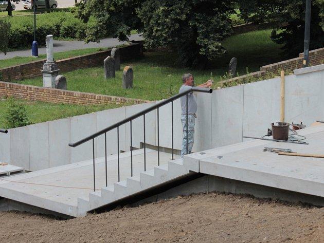 Výstavba nových schodů ke KD Karlov.