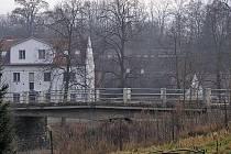 Poškozený most silnice II/109 přes Konopišťský potok.