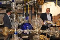 Hejtman si prohlédl výstavu výrobků z mezinárodního sklářského sympozia, které se tu konalo vloni.