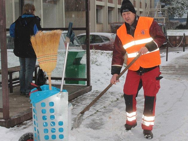 Kde nemůže odklidit sníh technika, musí nastoupit pracovníci technických služeb s hrablem, lopatou a koštětem.