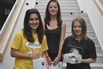 Neveklovské studentky se podílely na sbírce Svítíme se Světluškou.