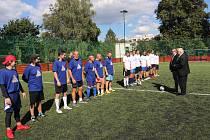 Nástup hráčů na zápas při slavnostním otevírání hřiště Střední průmyslové školy ve Vlašimi.
